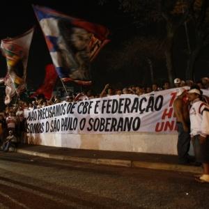 Torcida do São Paulo faz manifestação na porta do Morumbi antes do partida contra o Vasco