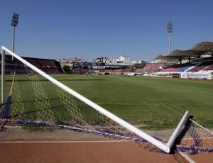 Torcida do Panionios quebra estádio do próprio time para impedir que uma equipe rival jogue no campo