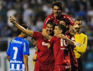 D'Alessandro (10) comemora com jogadores do Internacional gol da vitória em Florianópolis