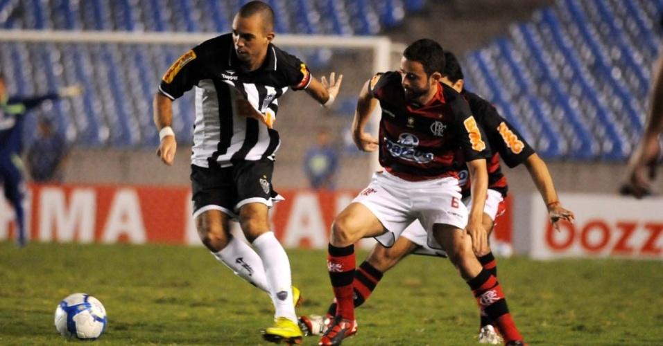 Atleticano Diego Tardelli se livra da marcação de dois flamenguistas no Maracanã pela 16ª rodada do Brasileirão