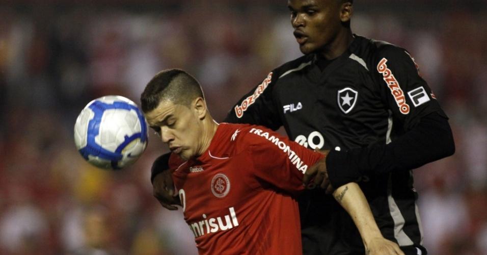 D'Alessandro e Edson disputam lance em Inter x Botafogo no Beira-Rio