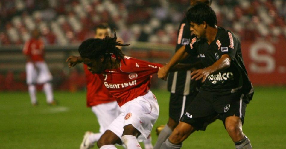 Tinga e Fahel disputam a bola durante Internacional x Botafogo