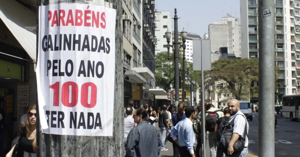 Torcida rival cola cartaz ironizando o centenário do Corinthians