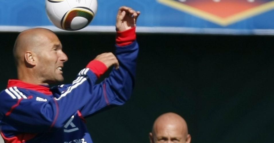 Ao lado de Barthez, Zidane brinca com a bola em treino da seleção francesa