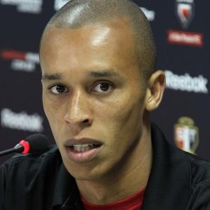 Miranda concede entrevista coletiva após o treino do São Paulo nesta terça-feira. Zagueiro não aprovou o fato de a diretoria ter permitido a entrada de torcedores em um treino na semana passada