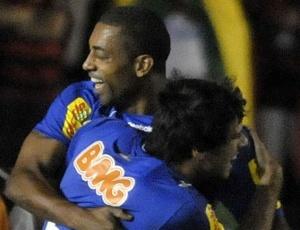 Robert comemora com Fabrício o gol que interrompeu jejum de sete jogos sem marcar