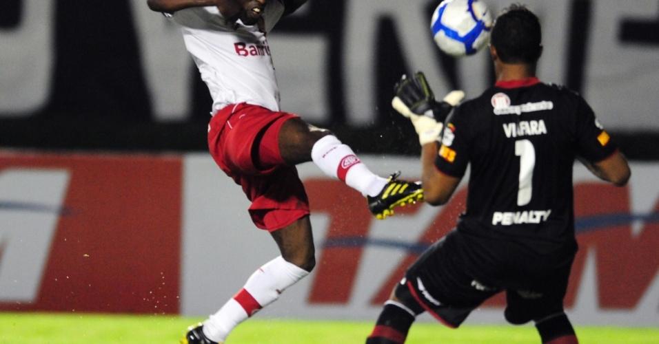 Tinga tenta lance contra Viáfara no jogo entre Vitória e Inter