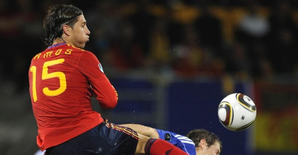Sergio Ramos atinge jogador de Liechtenstein na estreia da Espanha nas eliminatórias da Euro
