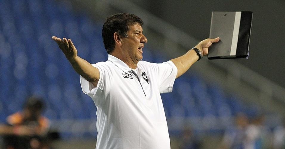 Com sua prancheta em mãos, Joel Santana reclama de lance da partida do Botafogo contra o Grêmio no Engenhão