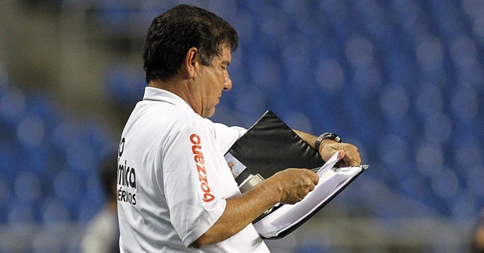 Joel Santana observa sua famosa prancheta durante o jogo do Botafogo contra o Grêmio