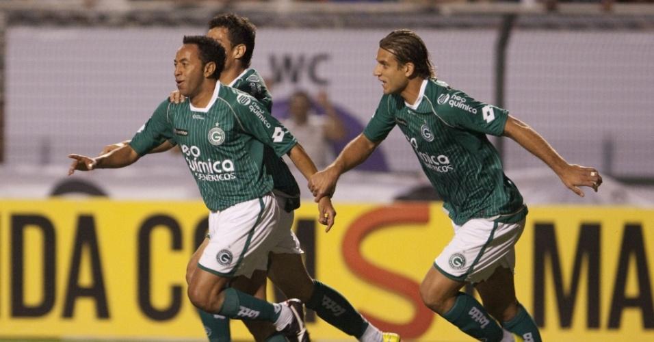 Junior (e) comemora ao abrir o placar para o Goiás contra o Corinthians no Pacaembu