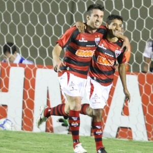 Artilheiro do Brasileirão com nove gols Elias (e) desfalca o Atlético-GO na partida contra o Grêmio