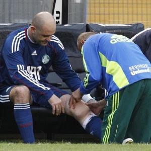 Goleiro Marcos recebe atendimento médico após se machucar durante a partida contra o Cruzeiro
