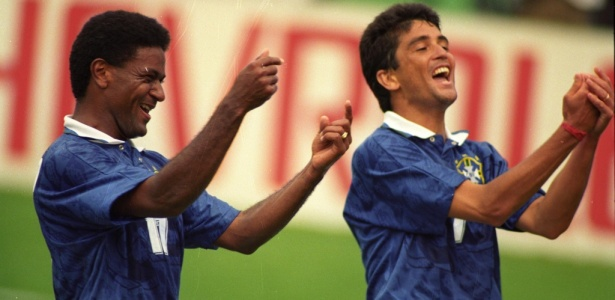Meio-campo Mazinho comemora gol da seleção ao lado de Bebeto na Copa do Mundo de 1994
