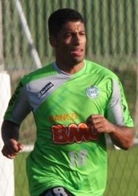Lateral-direito Fabinho Capixaba volta a ser titular no Coritiba