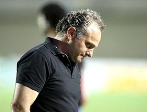 O técnico Toninho Cecílio cabisbaixo após derrota do Vitória