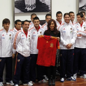 Presidenta da Argentina, Cristina Kirchner, recebe seleção espanhola em Buenos Aires para amistoso