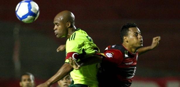 Marcos Assunção, do Palmeiras, em ação contra o Vitória em 2010 - CESAR GRECO/FOTO ARENA/AE