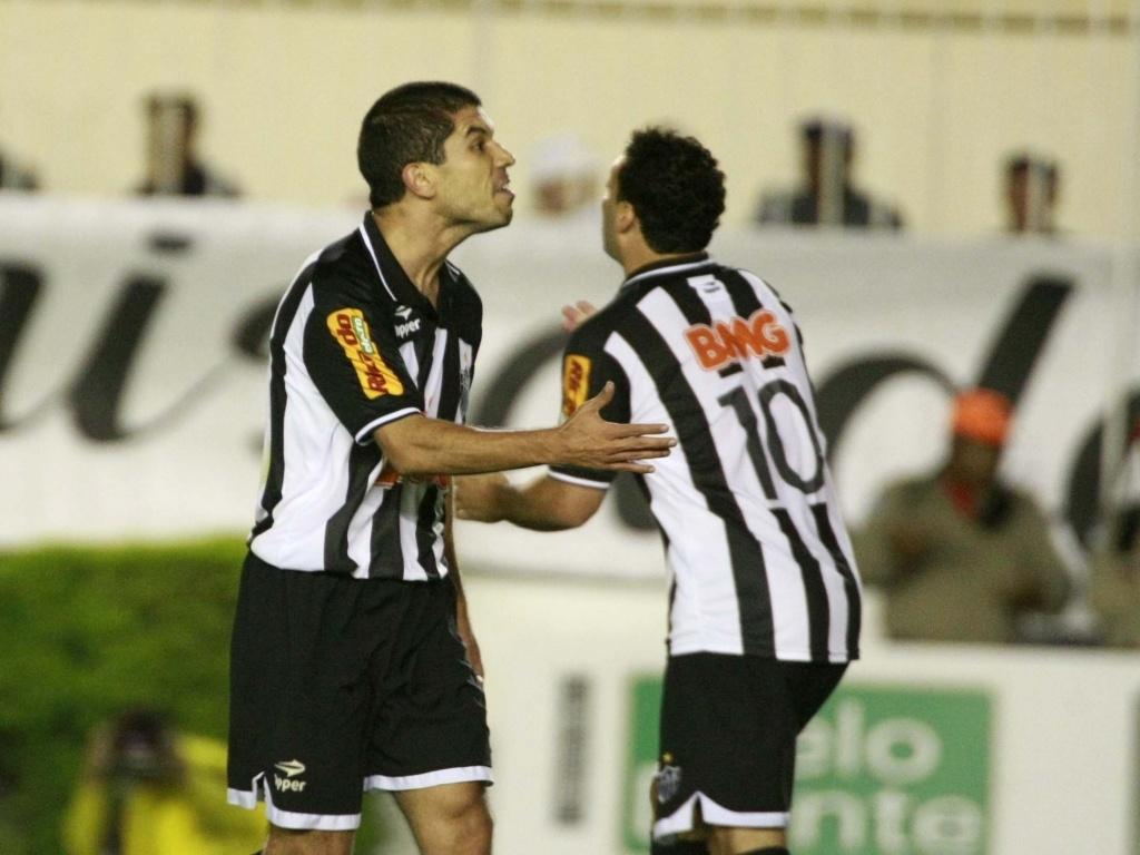 Ricardinho (à frente) e Daniel Carvalho comemoram gol de empate do Atlético-MG contra o Vasco