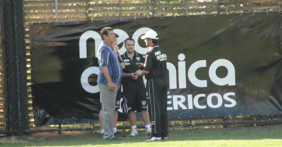 Joel Santana conversa com o preparador físico, Dudu Fontes, durante treino do Botafogo