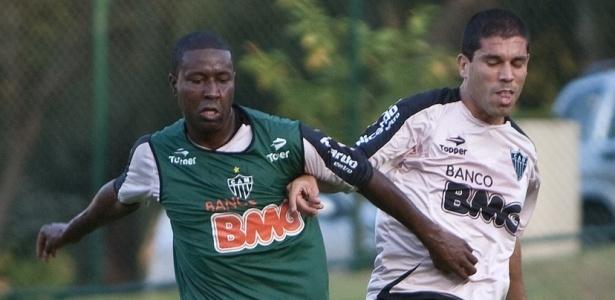 Méndez e Ricardinho disputam bola em treino do Atlético-MG
