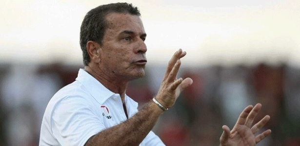 Ricardo Silva, técnico do Vitória, gesticula com o time