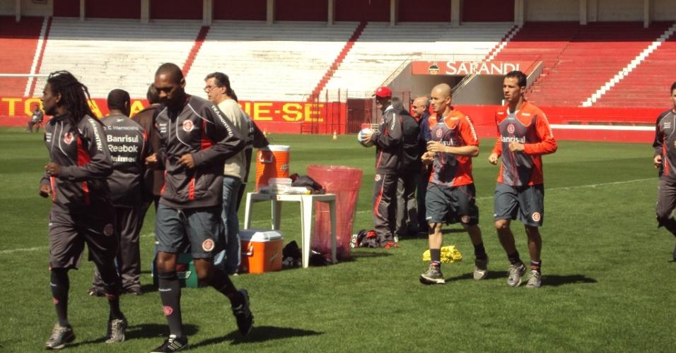 Jogadores do Inter correm no gramado do Beira-Rio