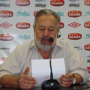 Presidente do Santos Luis Alvaro de Oliveira lê comunicado sobre o afastamento de Neymar