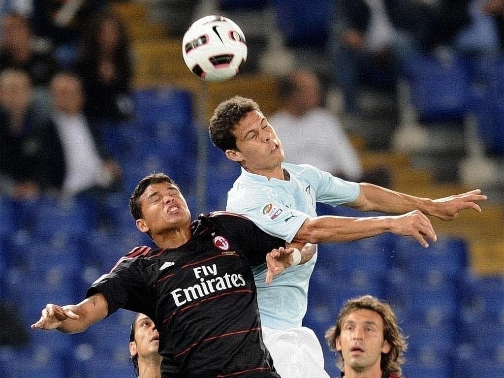 Thiago Silva e Hernanes disputam jogada pelo alto durante jogo entre Lazio e Milan