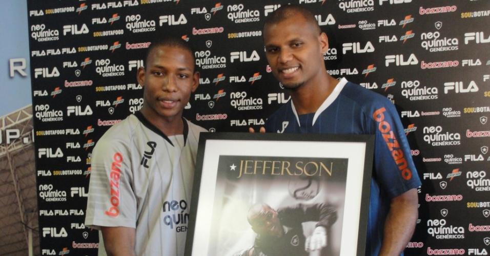 Jefferson (d) recebe de Luis Guilherme a placa comemorativa de 150 jogos pelo Botafogo