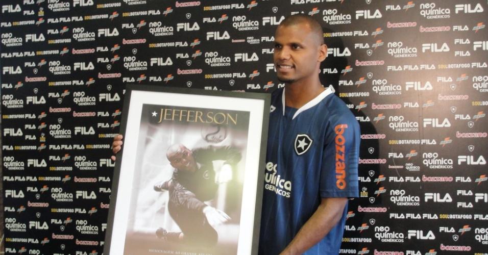 Jefferson posa com uma placa comemorativa de 150 jogos pelo Botafogo