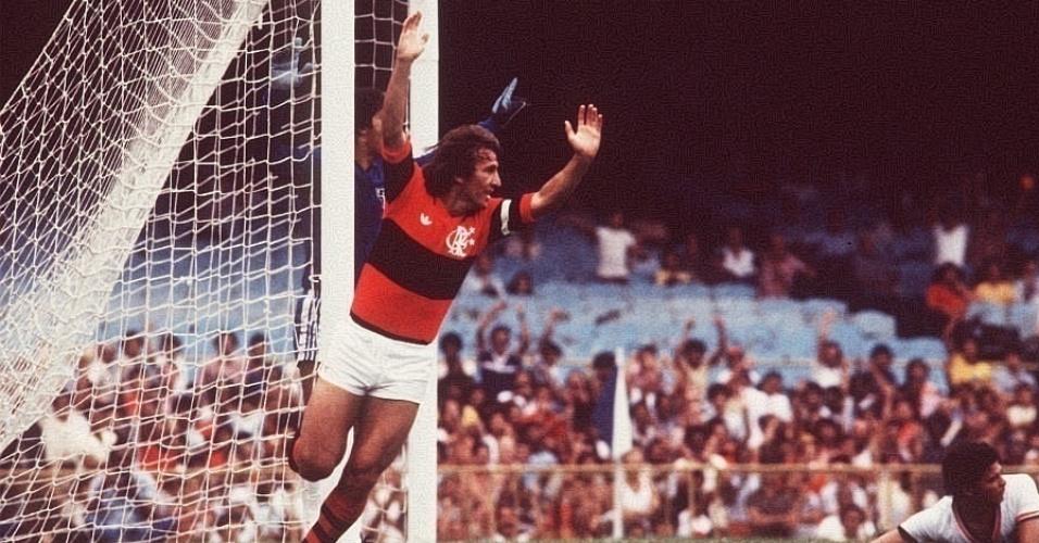 Zico celebra gol do Flamengo em 1982