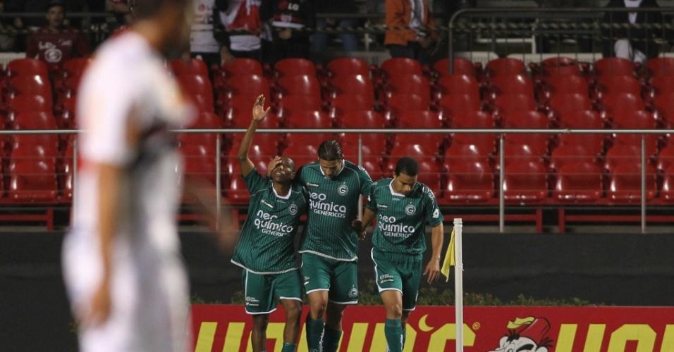 Com um gol de Carlos Alberto (e) e dois de Rafael Moura (c), o Goiás venceu o São Paulo por 3 a 0 no Morumbi