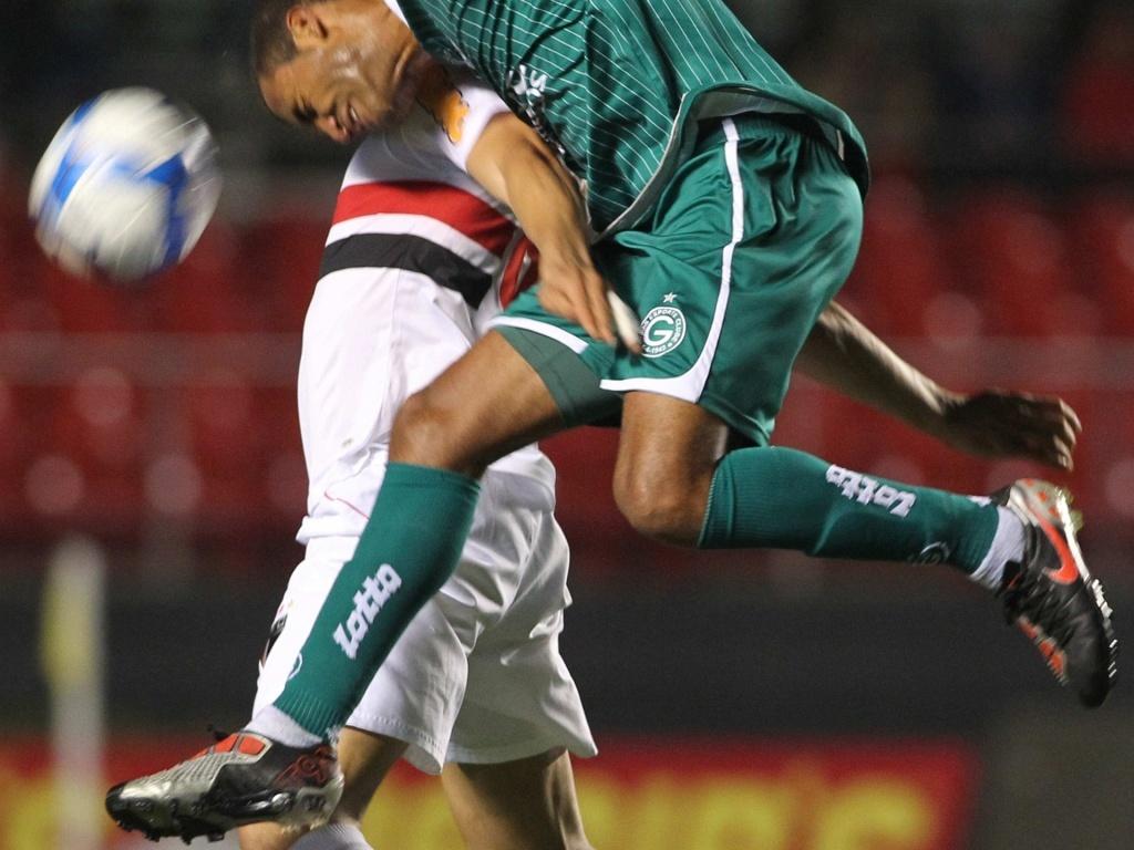Jogadores de Goiás e São Paulo disputam a bola no Morumbi