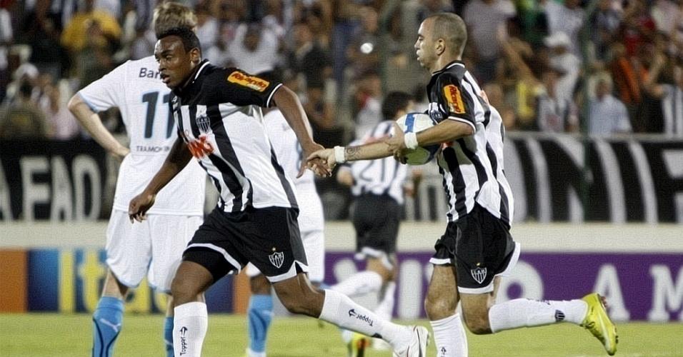 Diego Tardelli e Obina comemoram gol do Atlético-MG