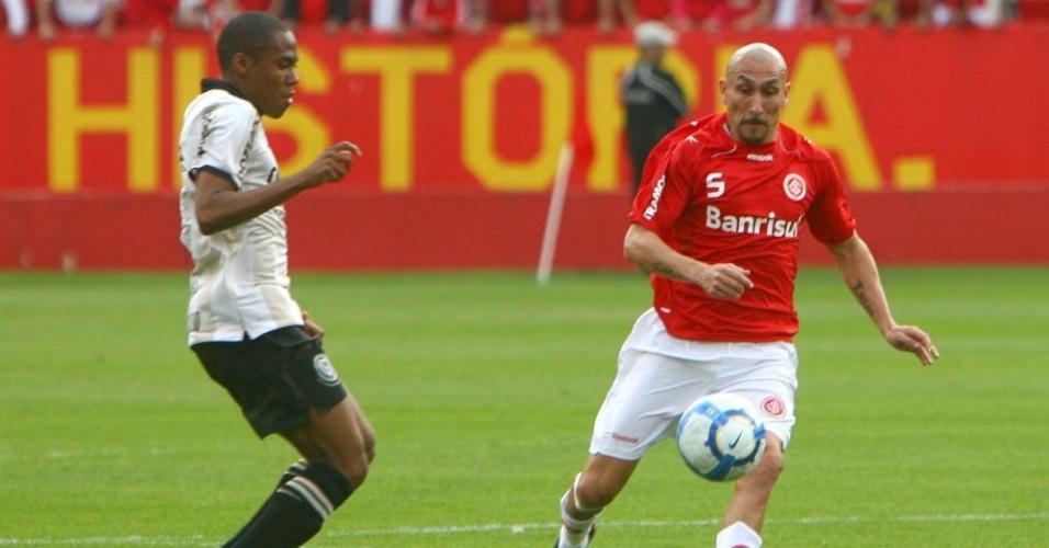 Guiñazu em jogada na partida Inter e Corinthians, pelo Campeonato Brasileiro