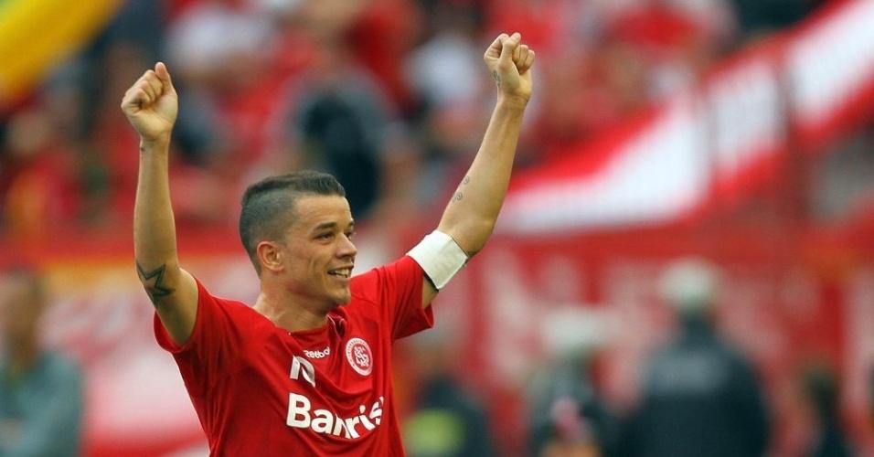 Meia D'Alessandro comemora vitória do Inter, 3 a 2, diante do Corinthians, em Porto Alegre