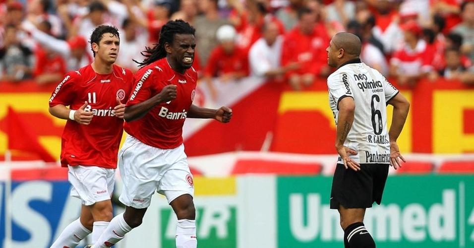 Tinga comemora seu gol no primeiro tempo do jogo Inter e Corinthians, em Porto Alegre