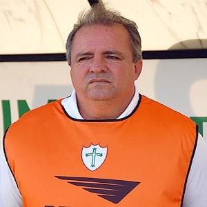 O técnico Vadão observa treino na Portuguesa