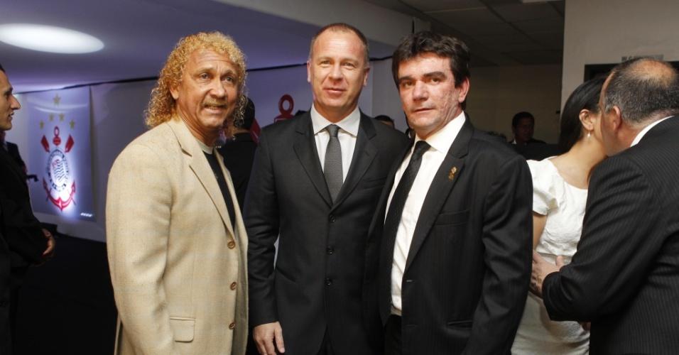 Biro-Biro (à esquerda), Mano Menezes, e o presidente do Corinthians, Andrés Sanchez, se encontram antes do show de Roberto Carlos