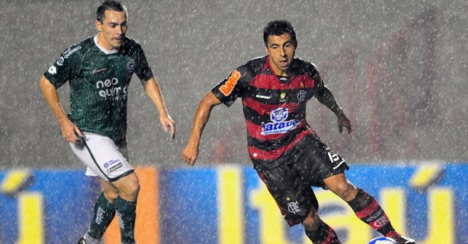 Felipe, do Goiás, acompanha Maldonado, do Flamengo, no Serra Dourada
