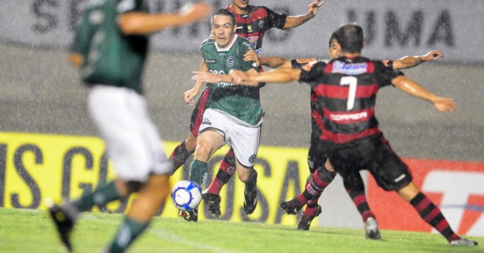 Felipe, do Goiás, tenta passar pela marcação da zaga do Flamengo