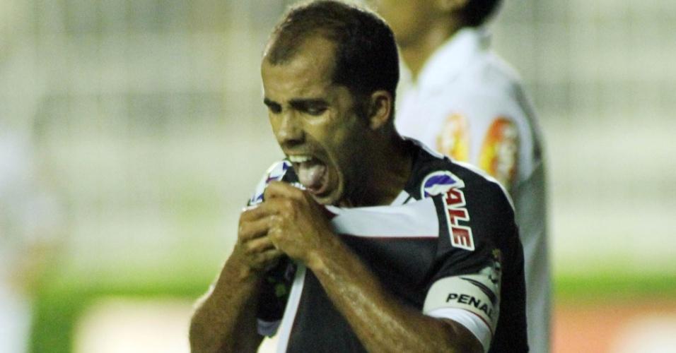Jogadores do Vasco comemoram o segundo gol contra o Santos, marcado por Felipe