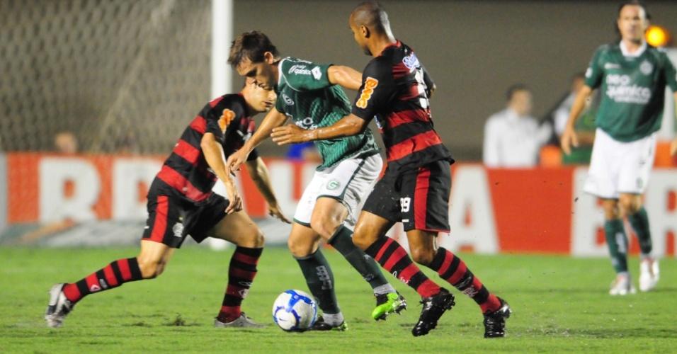 Rafael Tolói, do Goiás, domina a bola cercado pela marcação do Flamengo