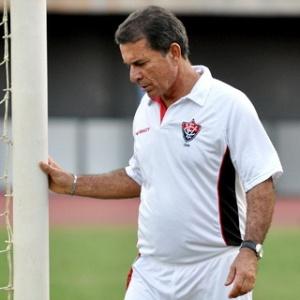 O técnico Ricardo Silva durante treino do Vitória