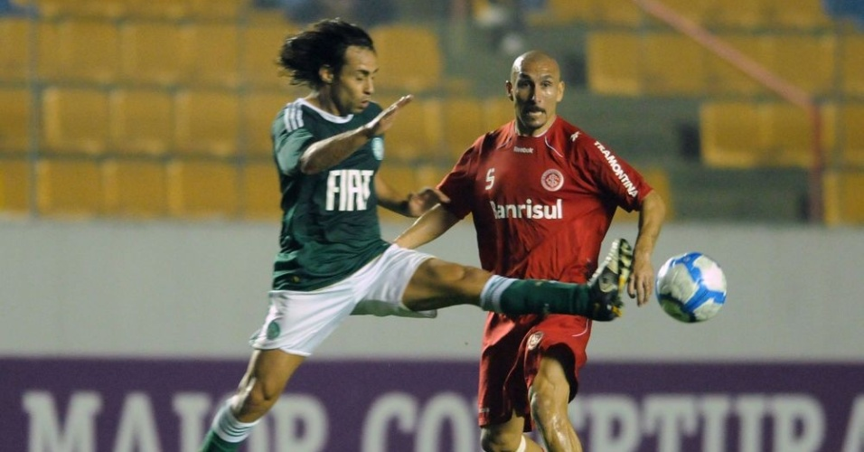 Valdívia e Guiñazu em jogada de Palmeiras e Internacional
