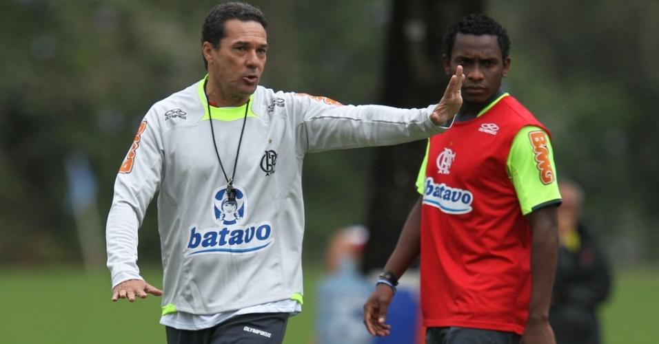 Ao lado de Willians, Luxemburgo comanda seu primeiro treino no Flamengo
