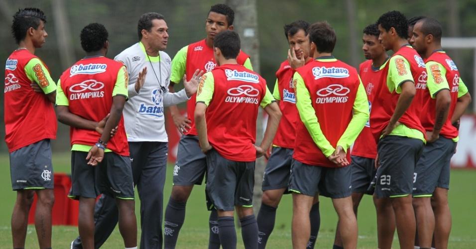 Luxemburgo fala com o elenco do Flamengo em seu primeiro treino no clube