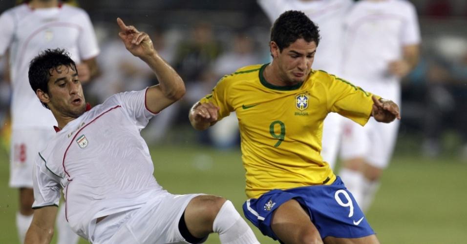 Ehsan Haji Safi tenta desarmar Alexandre Pato durante amistoso entre Irã e Brasil