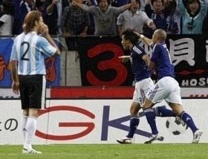 Okazaki comemora único gol da partida em que D'Alessandro não foi bem com a camisa argentina